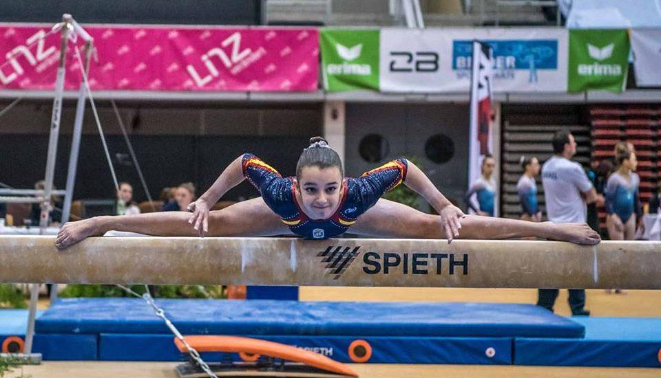 Aina Puig en barra de equilibrios en la Austrian Team Cup. Fotografía: Wolfgang Benedik