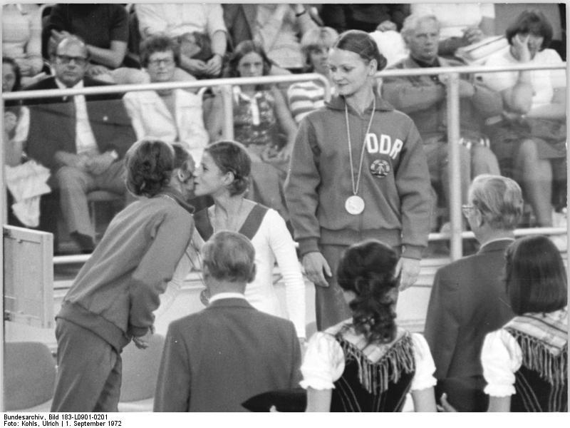 Karin Janz (derecha), Olga Korbut (medio) y Erika Zuchold (izquierda) en el podio de asimétricas de Múnich 1972.