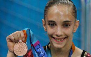 Patricia Moreno con su medalla de bronce en suelo en Atenas 2004. Fotografía extraída de Marca.com
