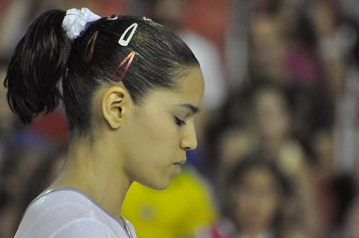 María Paula Vargas recuperando la concentración tras la caída en asimétricas. Foto: Lina Sáez.