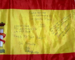 Banderita firmada por el trío sénior de ESP.