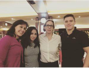 Maribel Moncasí y yo con Seda Tutkhalian y Nikita Nagornyy. Ya sé que yo parezco estar bajo los efectos del dopaje pero es la emoción, lo juro.