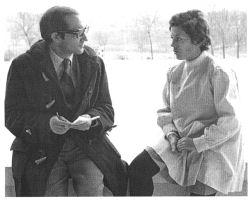 Dolores Tello entrevistada por José Antonio Olivar en diciembre de 1971 tras ser galardonada con la Medalla al Mérito Deportivo. Foto EFE.