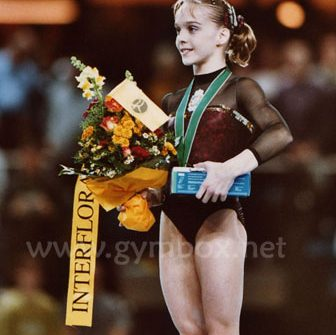 Elena Gómez en el podio de Debrecen 2002. Foto Gymbox.net.