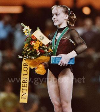 Históricos españoles sin medallas olímpicas Elena_gomez_podio_debrecen_2002