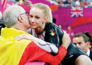 Izbașa, felicitada por su entrenador Octavian Belu tras ganar el oro de salto en Londres 2012