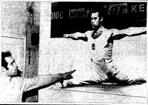 José Ginés mostrando una imagen suya del Europeo de Madrid de 1971. El Mundo Deportivo 16 de abril de 1972. Foto G. Romero.
